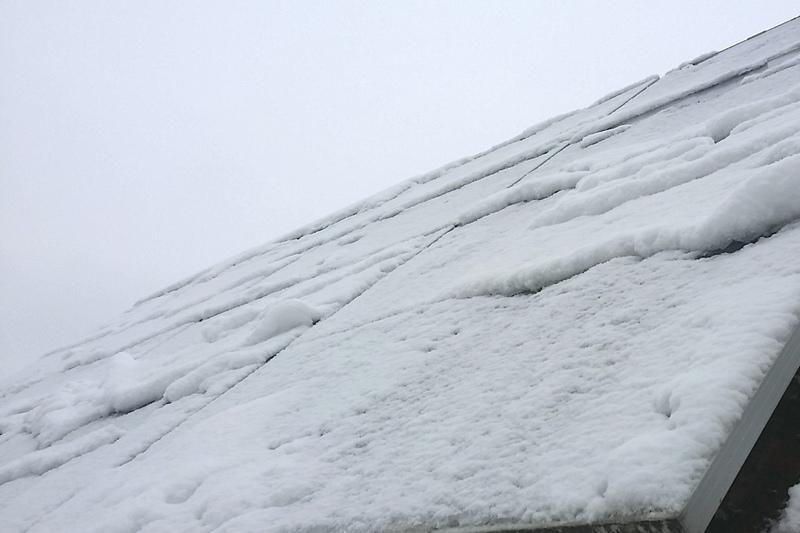 Der erste Schnee 2016 auf Photovoltaik in Franken
