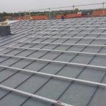 Exakte Schienenmontage sorgt für ein geordnetes Bild auf dem Dach.
