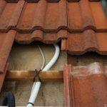 Die Leitungen sind auch unter den Ziegeln zusätzlich gesichert.
