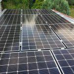 Hier die 11 Photovoltaikmodule von Hyundai auf der Garage
